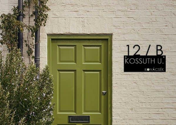 Utca név, házszám és család név egy táblán 1
