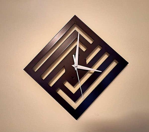Modern falióra négyzetes mintával 2